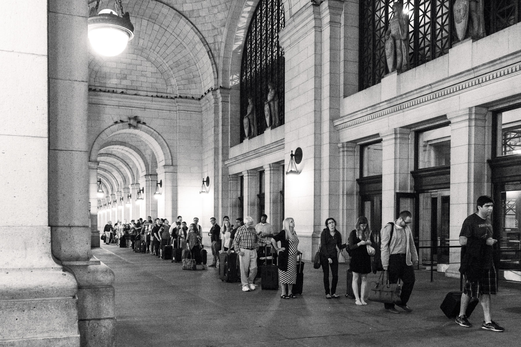 passengers waiting in the cab line at Union Station
